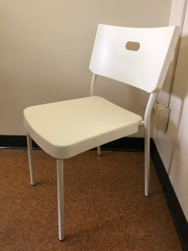 8. 흰 플라스틱 의자 네 개 세트.jpg
